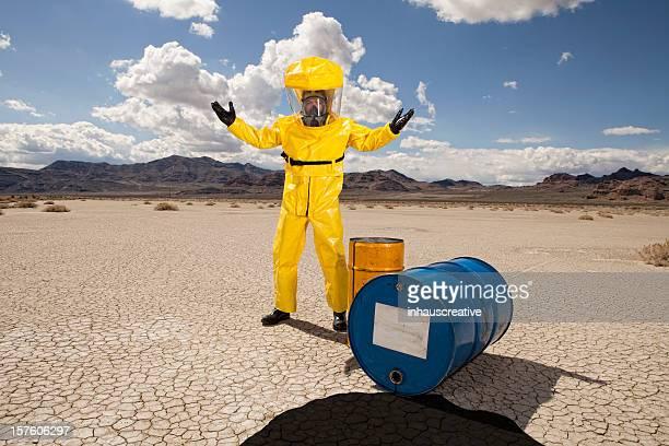 男性の危険物のスーツの上に掛け、石油流出