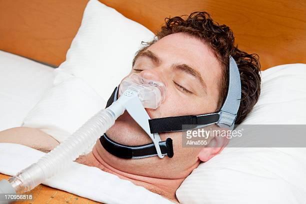 Homem na sua 30s com sono usando para CPAP de apneia do sono