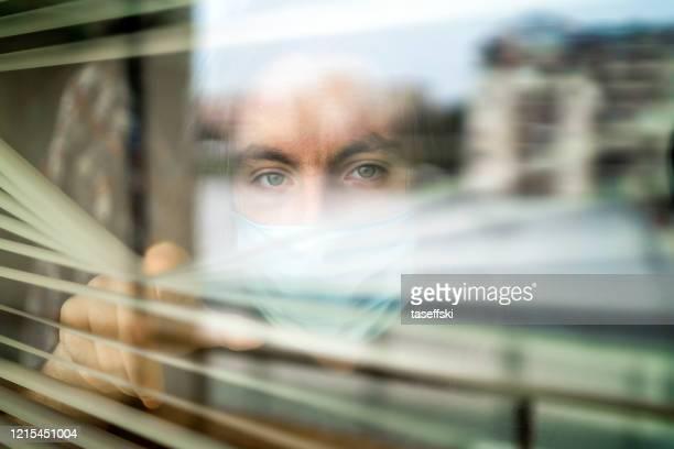homem em isolamento em casa por surto de vírus - questão social - fotografias e filmes do acervo