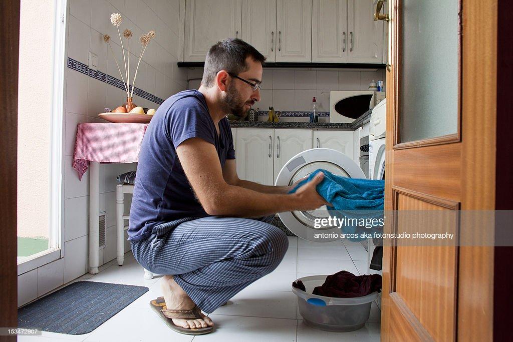 Man in kitchen : Foto de stock