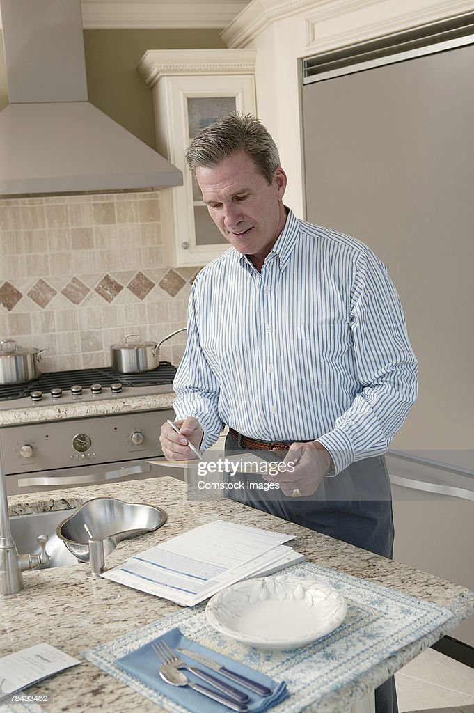Man in kitchen : Stockfoto