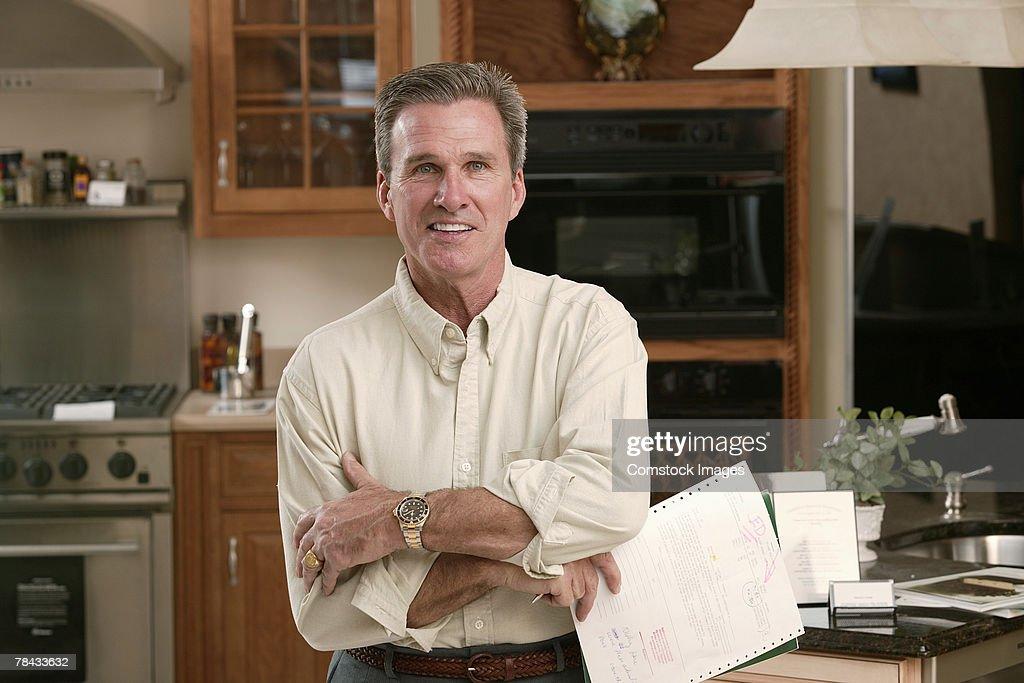 Man in kitchen : Stockfoto