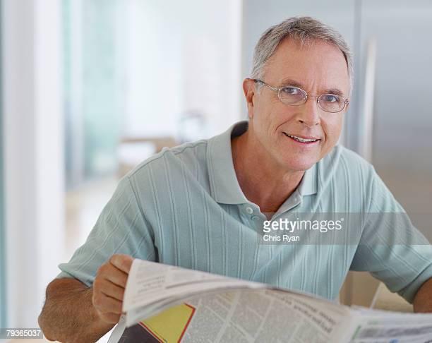 Mann lesen Zeitung in Küche