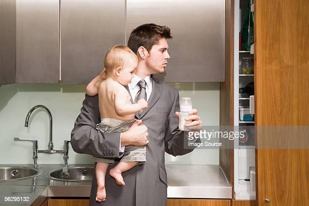 Mann in der Küche mit seinem baby