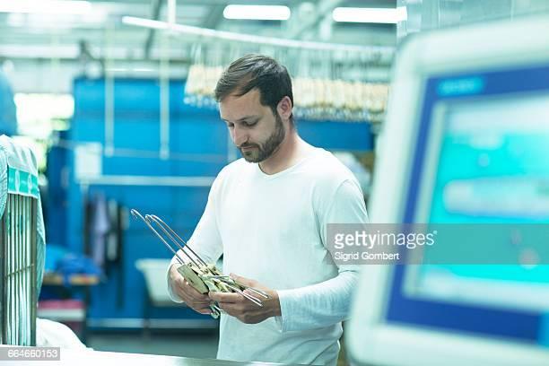 man in launderette holding coat hangers - sigrid gombert 個照片及圖片檔
