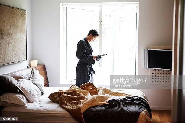 Mann in Luxus Schlafzimmer, einen Bademantel, täglich