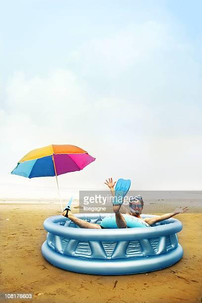Hombre en piscina en la playa