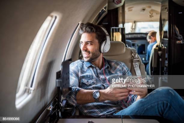 Hombre en el avión jet privado