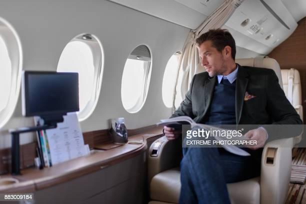 Homme en avion jet privé