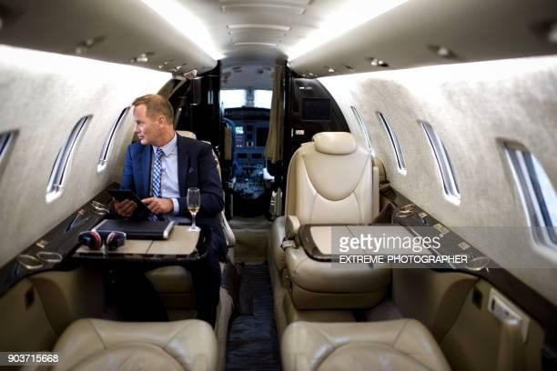プライベート ジェット飛行機の男 - 自家用飛行機 ストックフォトと画像