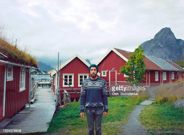 homem na vila reina nas ilhas lofoten - cultura norueguesa - fotografias e filmes do acervo