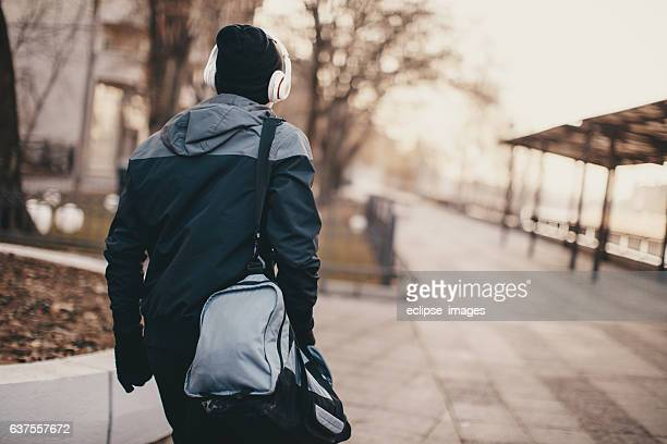 man in run - gym bag stock pictures, royalty-free photos & images