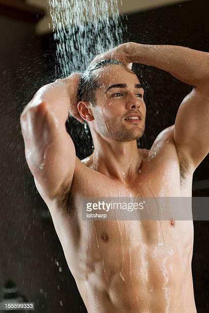 hombre en silla de ruedas - hombre duchandose fotografías e imágenes de stock