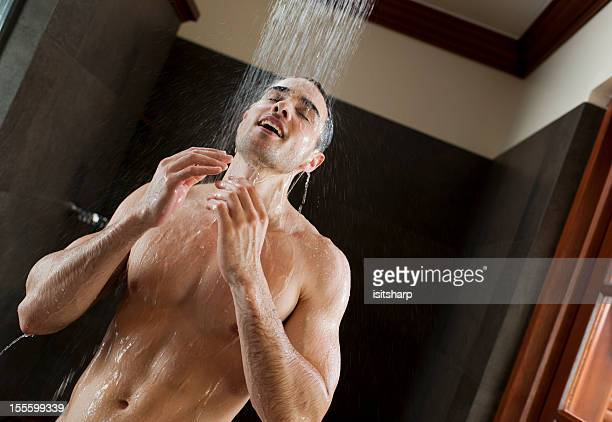 hombre en silla de ruedas - hombre ducha fotografías e imágenes de stock