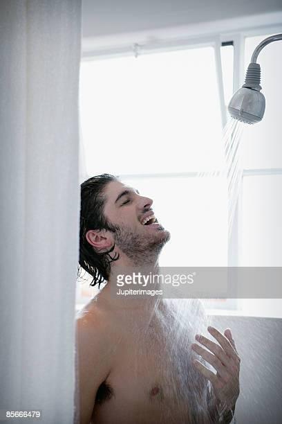 man in shower - maenner duschen stock-fotos und bilder