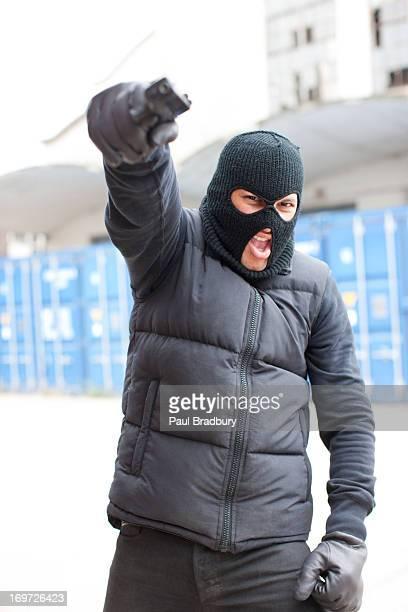 Homme dans un masque de ski tenant gun