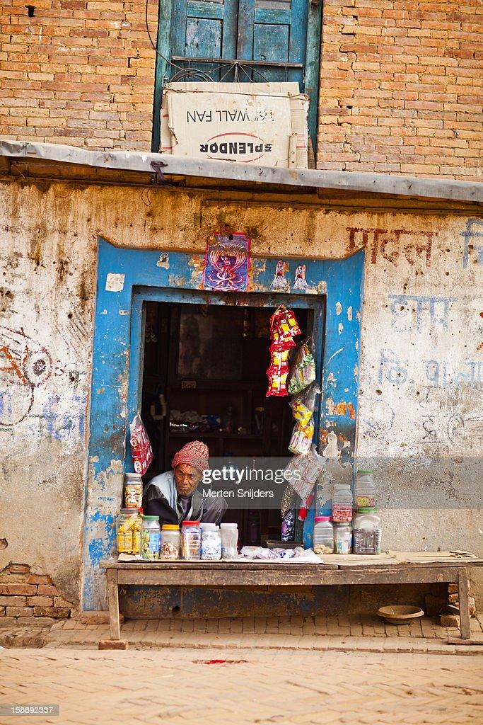 Man in small roadside food store : Stockfoto