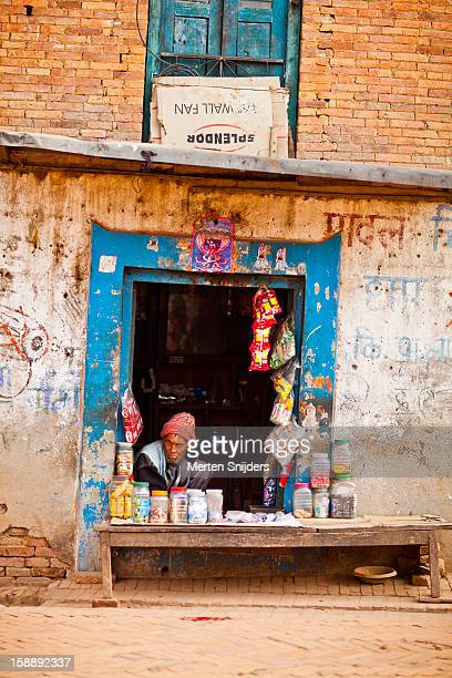 man in small roadside food store - merten snijders photos et images de collection