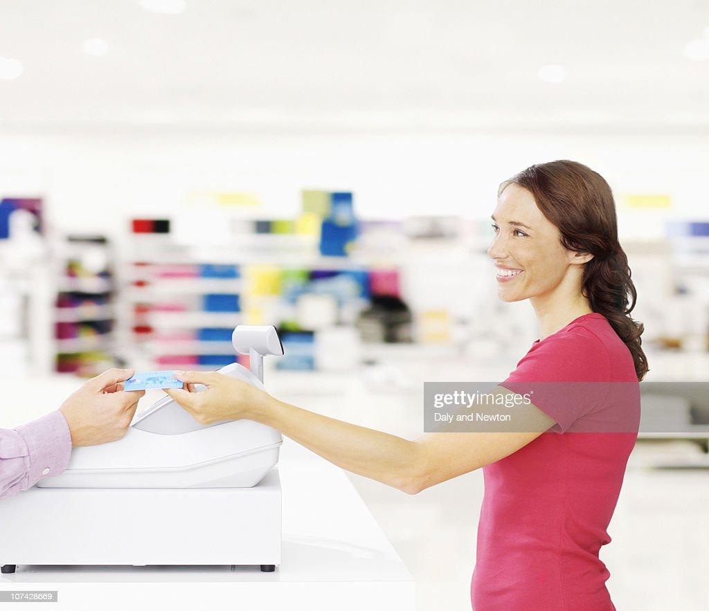 Man in store carrying shopping bags : Foto de stock