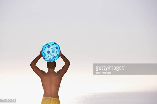 男性のスイムスーツにビーチボール背面外観