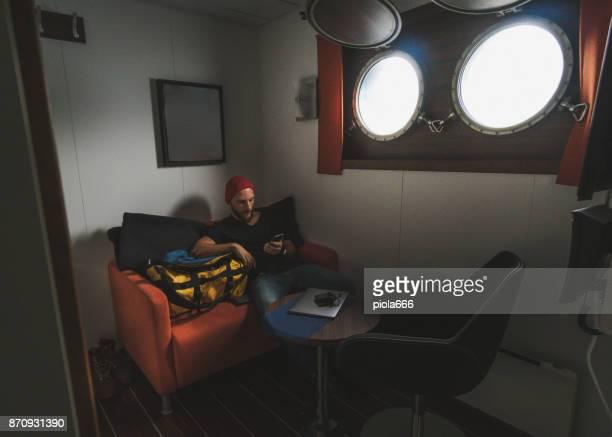 Mann in der Kabine von einem Segelschiff