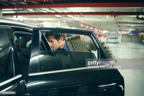 男性の車 - 入る ストックフォトと画像