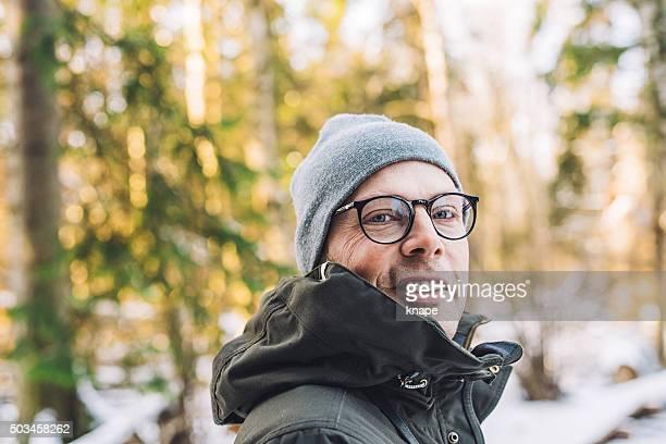 Homme dans la forêt d'hiver