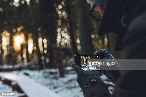 Mann im Wald im winter Fotos mit Telefon