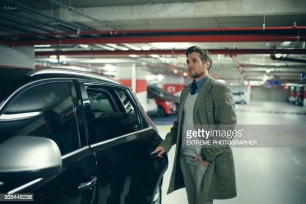 mann in der garage - wohngebäude innenansicht stock-fotos und bilder