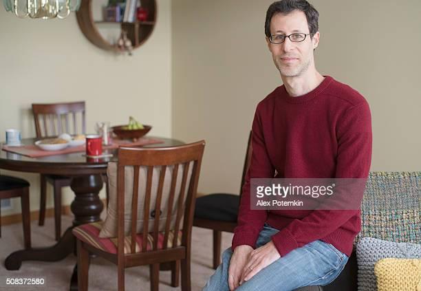 Homem na sala de estar