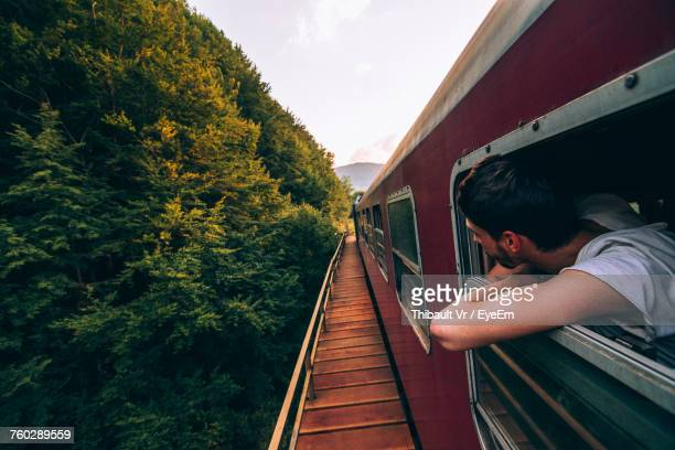 man in train - visiter photos et images de collection