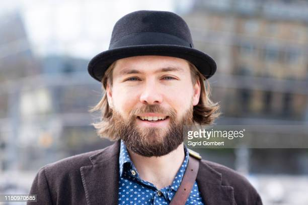 man in trilby on city street, close up portrait - sigrid gombert stock pictures, royalty-free photos & images