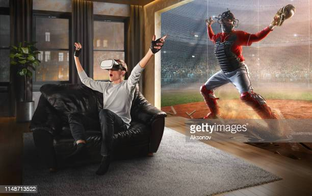 vr メガネで男。野球とバーチャルリアリティ - 仮想空間 ストックフォトと画像
