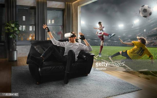 vr メガネで男。子供のサッカーとバーチャルリアリティ - 仮想空間 ストックフォトと画像
