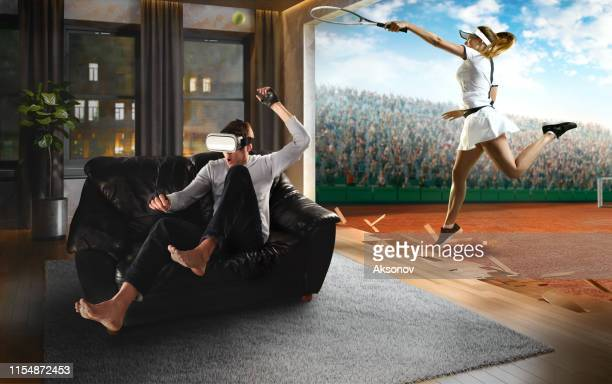 vr メガネで男。テニスとバーチャルリアリティ - 仮想空間の視点 ストックフォトと画像