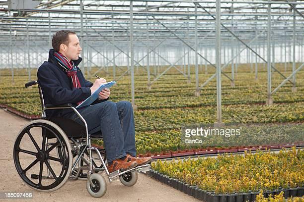 Hombre en silla de ruedas, después del accidente de trabajo.