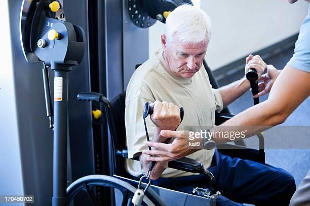 Mann im Rollstuhl, die Physiotherapie Übungen