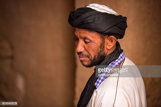 homme en robe blanche posant à casbah - homme marocain photos et images de collection