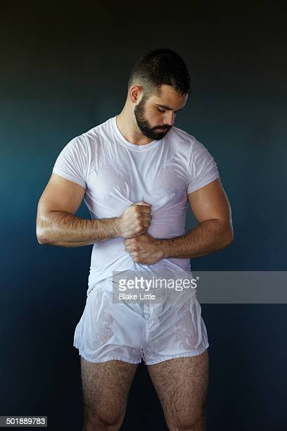 man in white t-shirt and underwear - wet t shirts - fotografias e filmes do acervo
