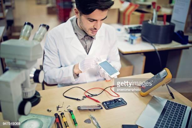 Man verandert een gebroken GSM-display in de service