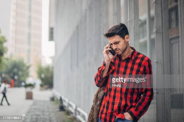 man heeft telefoongesprek - geblokt stockfoto's en -beelden