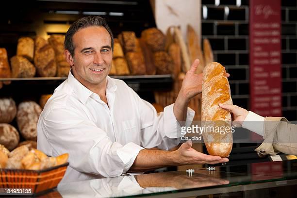 Homme vendre baguette de pain