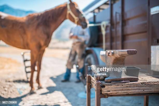 mann ist des pferdes hufe traben. - hufeisen stock-fotos und bilder