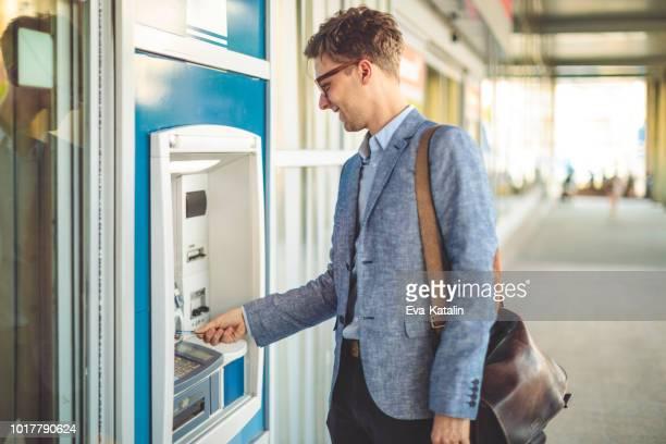 homem é retirada em dinheiro de um caixa eletrônico - independência - fotografias e filmes do acervo