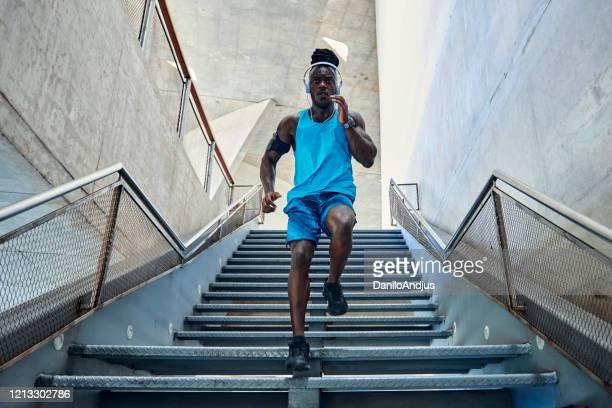homem correndo nas escadas - atleta - fotografias e filmes do acervo