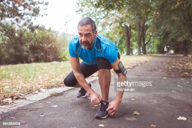 man joggen buiten - 50 59 jaar stockfoto's en -beelden