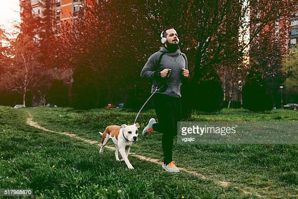 Mann mit seinem Hund Joggen.