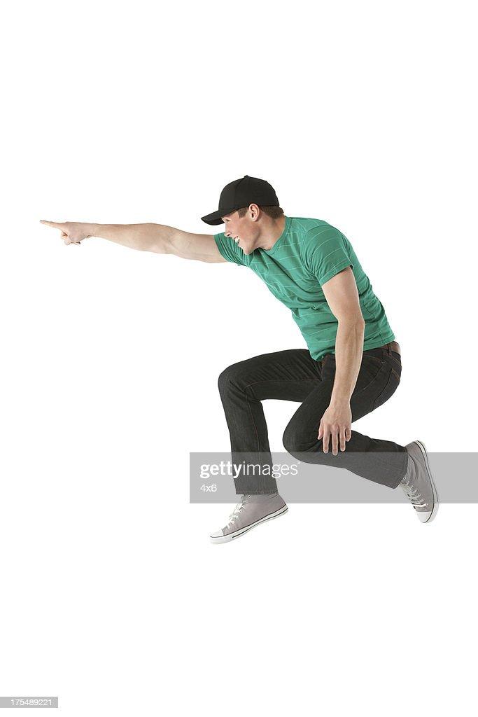Homem pulando e apontando de : Foto de stock