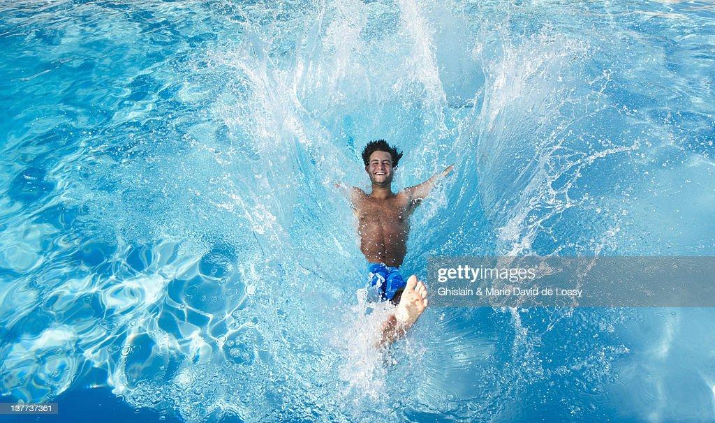 Mann springt in pool : Stock-Foto