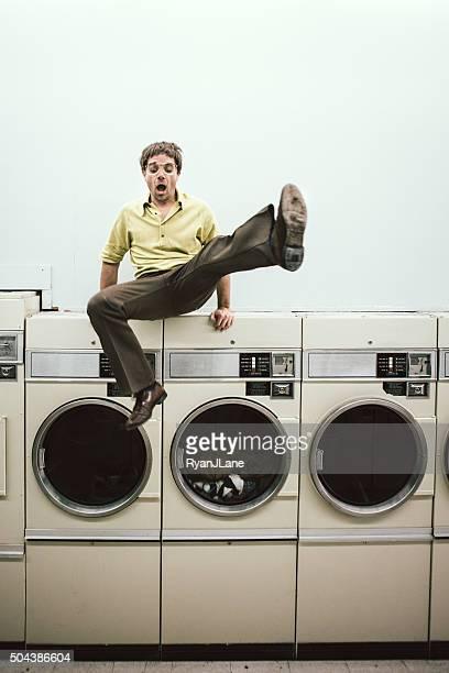 Homme sautant sur la blanchisserie-cheveux